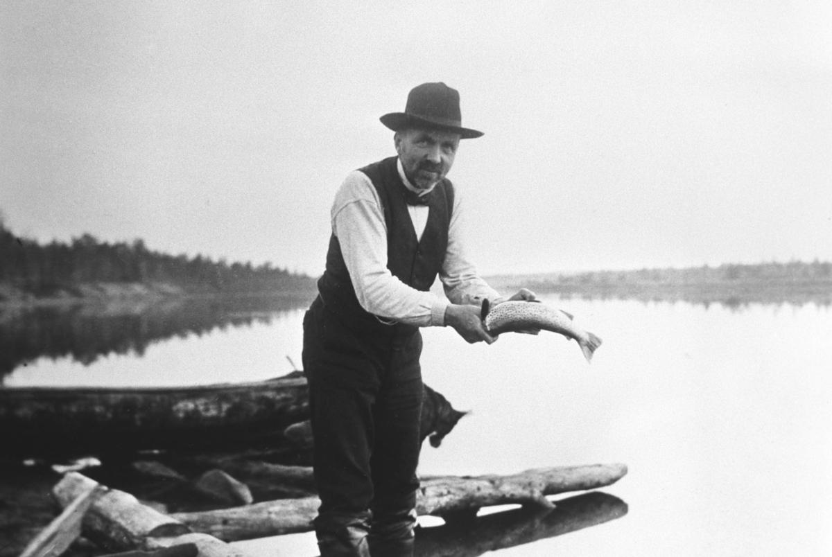 Sogneprest Mads le Maire på fisketur i Pasvikdalen. Hentet fra Mads le Maires samlinger.