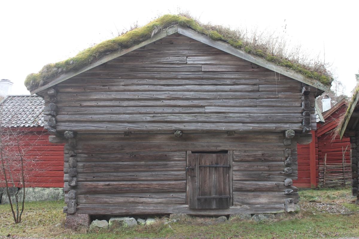 Byggnad i liggande, svagt bilat rundtimmer, vilande på hörnstenar. Övervåningen är på alla sidor utkragad. Nedre våningens enda rum nås via en dörr på den norra gaveln. På dörren finns flera femuddiga stjärnor inskurna som ett skyddstecken. En mocklucka i den västra fasadens nedervåning indikerar att byggnaden används som stall. Övervåningen skulle då används som höskulle. Till övervåningen tar man sig via en lucka på den södra gaveln. Även denna våning består idag av ett enda rum. Kroppåstaket med tre åsar är belagt med torv på ett underlag av störar.