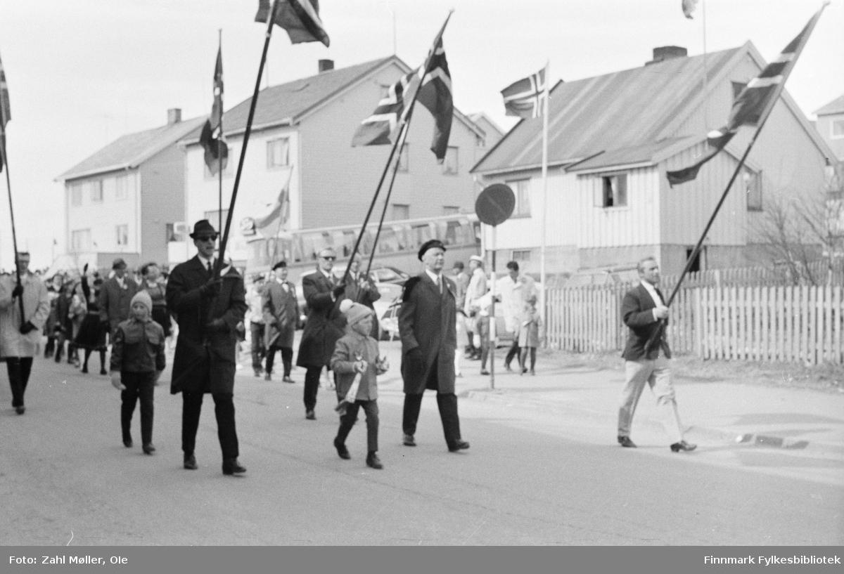 Vadsø 17.5.1969. Fotoserie av Vadsø-fotografen Ole Zahl-Mölö. Barnetog.