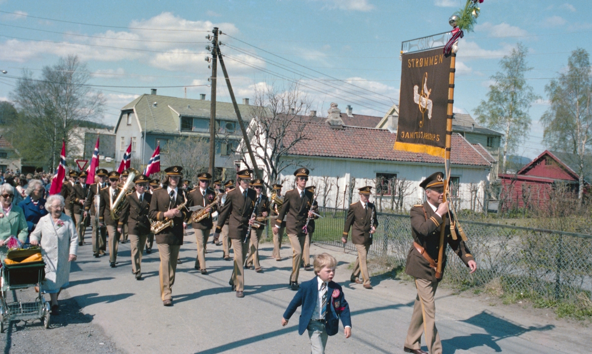 17.mai tog og feiring, Sagdalen Skole, Strømmen, samt kransnedleggelse ved minnesmerke over falne fra Skedsmo, nord for Strømmen kirke , reportasjebilder