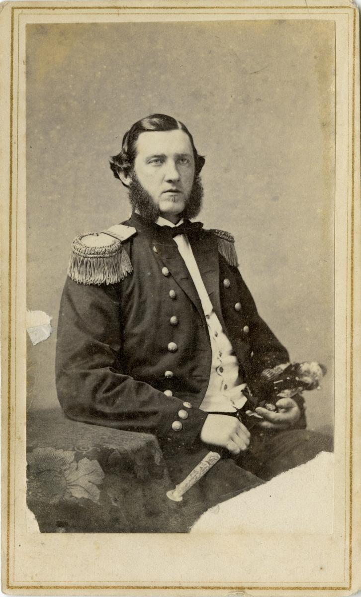 Porträtt av okänd officer vid Marinen.