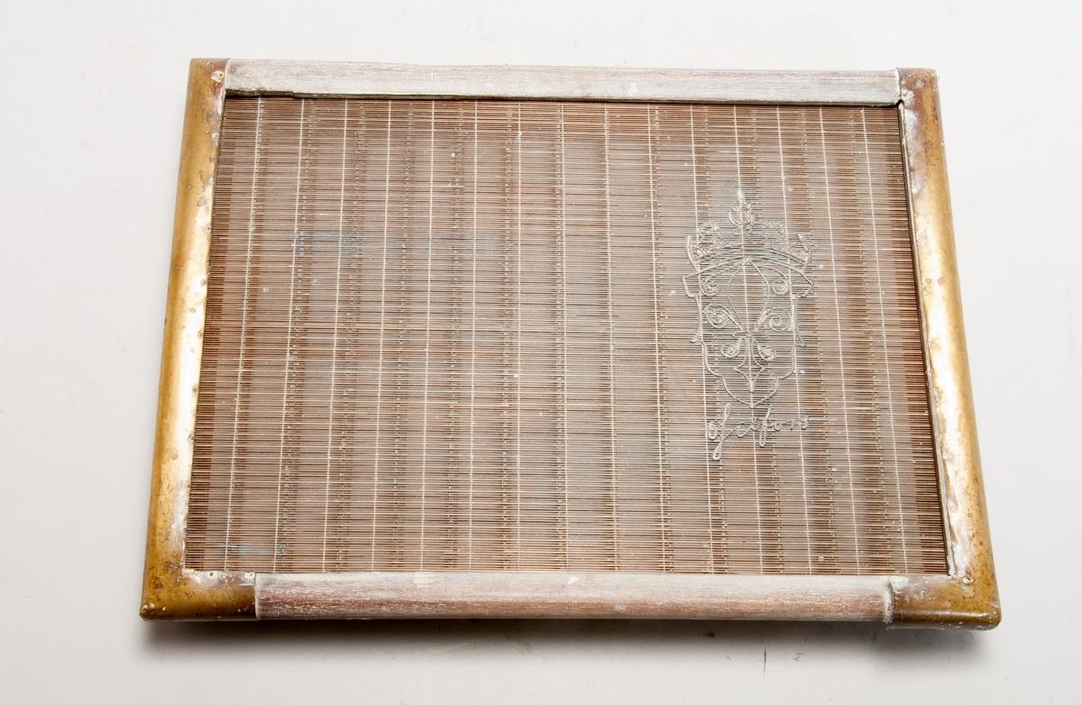Pappersform för handformning av papper. Vattenmärke Ösjöfors. Däckel och ram beslagna med mässingsplåt.