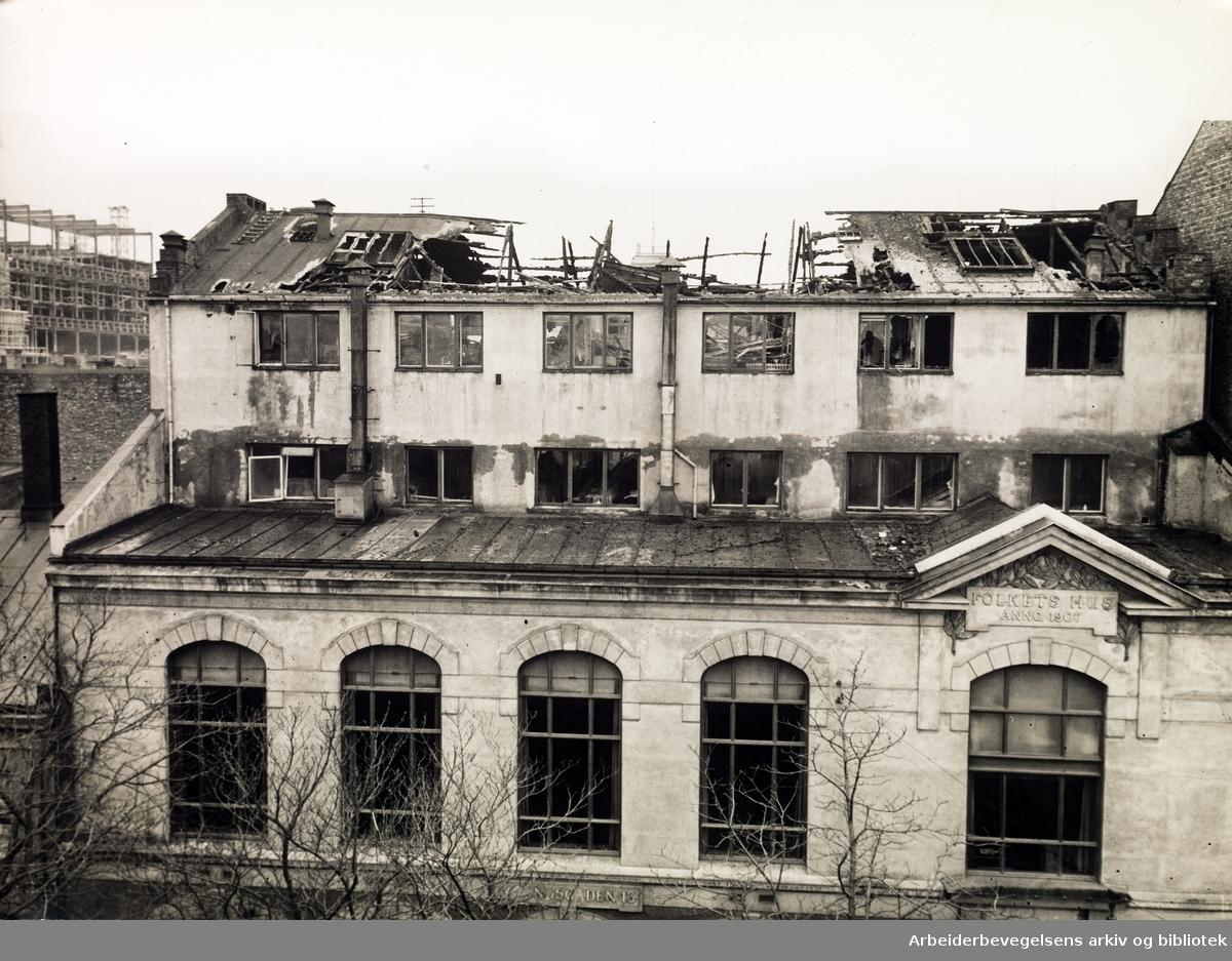 Folkets Hus herjet av brann, natten til torsdag 16. november 1933. Arbeidernes Aktietrykkeris klisjeanstalt og Arbeiderbladets setteri totalskadd. Fotoet er tatt fra Vaskeribakken (nå Hammersborggata) - stillasene reiser seg rundt Folketeaterbygningen til venstre i bildet.