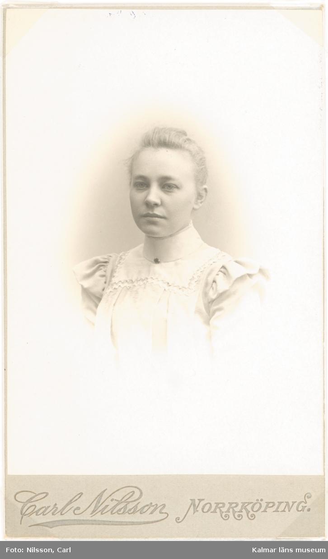 Tyra Ideström född 1819 29/12 i Kalmar, död 1954 1/7 i Stockholm.