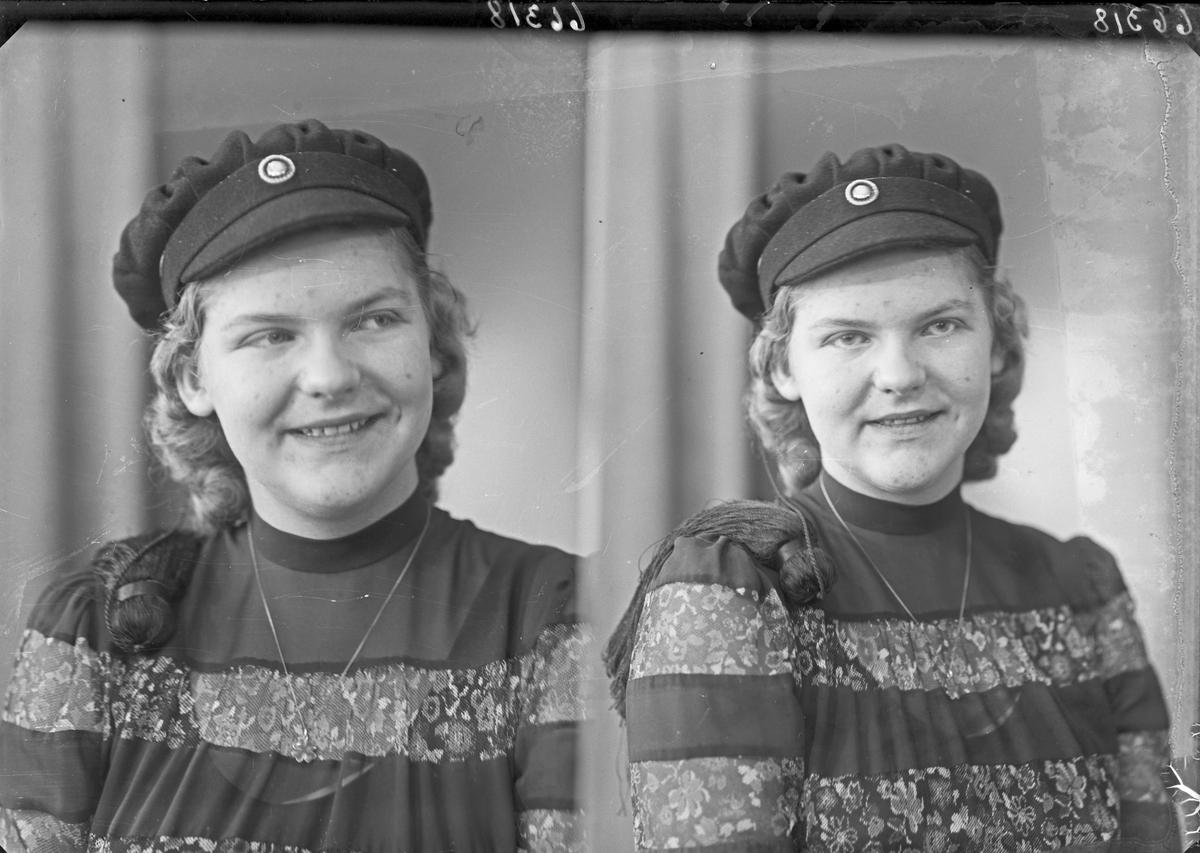 Portrett. Ung kvinne med studenterlue. Bestilt av Frk Eli Nervik. Haraldsgaten 131.