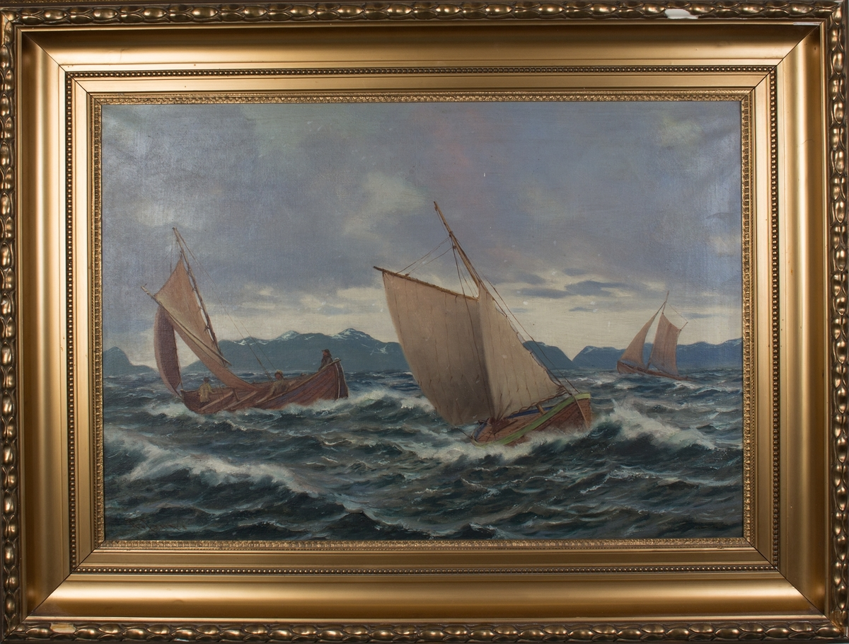 Tre havgående bruksbåter med gaffelseil. Den midtre båten har overbygget dekk. Båten til venstre i motivet har mannskap på tre. Snødekte fjell i bakgrunnen, store bølger.
