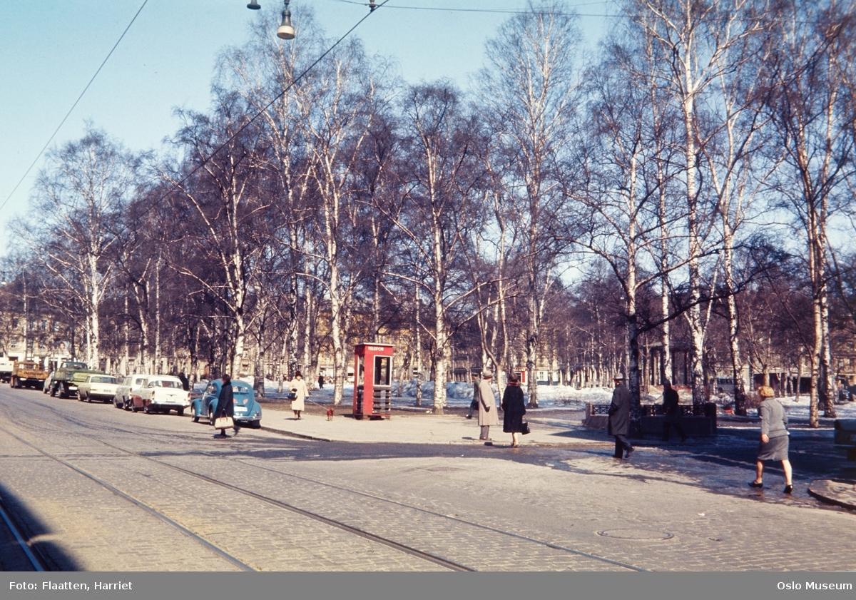 gateløp, parkerte biler, mennesker, telefonkiosk, park, snø, snøsmelting
