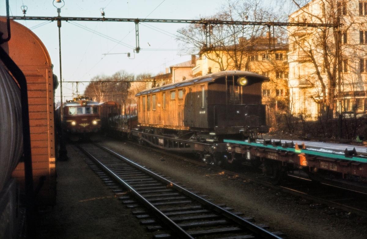 Sulitjelmabanens personvogn nr. 10 på NSBs overføringsvogn for smalsoret materiell, underveis til Setesdalsbanen.