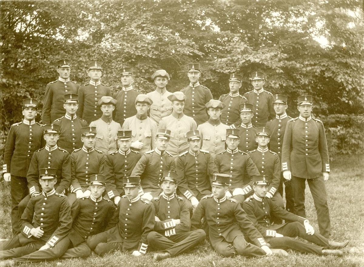 Grupporträtt av officerare och soldater vid Göta livgarde I 2. För namn, se bild nr 3.