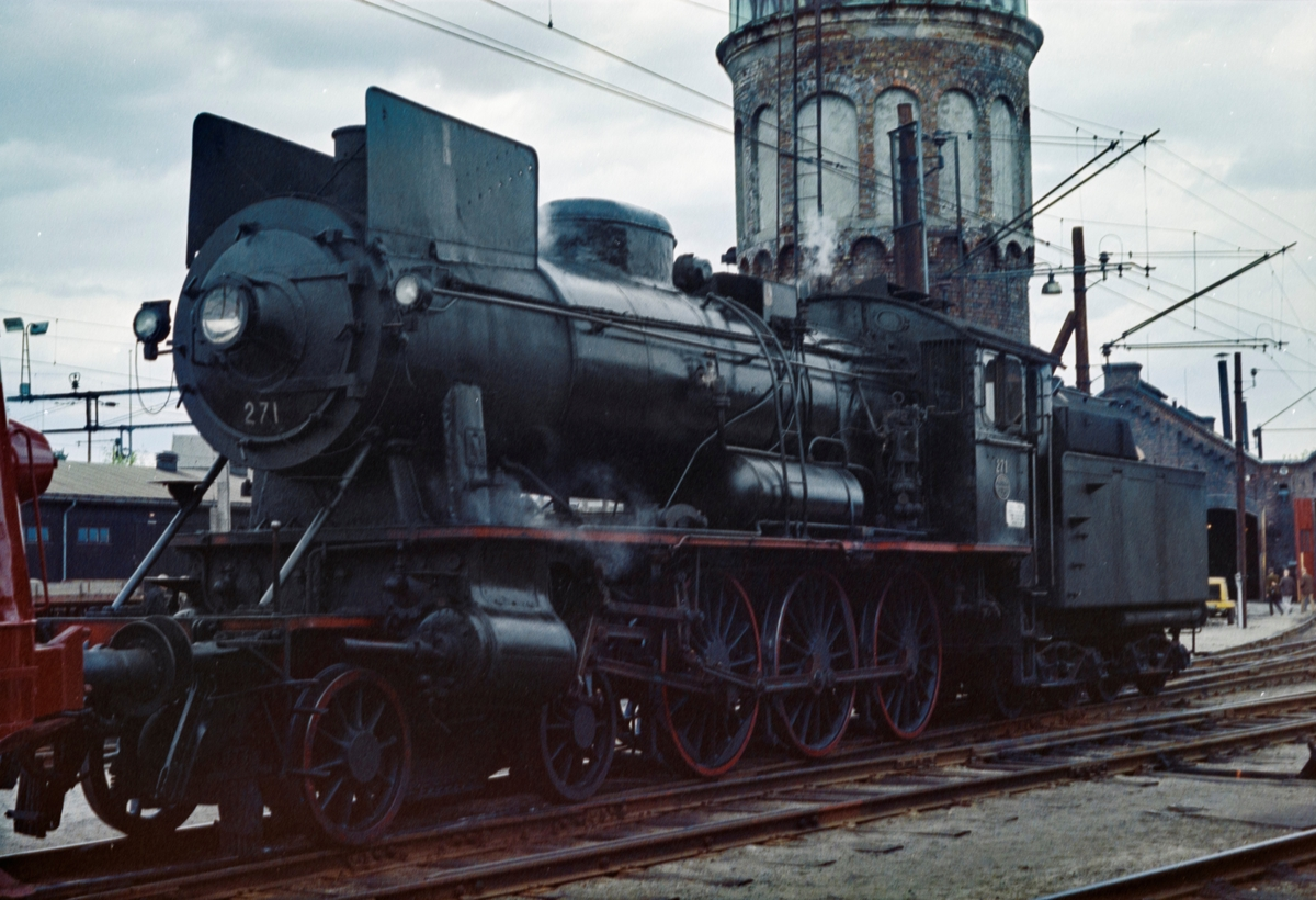 Damplokomotiv type 30a nr. 271 ved lokomotivstallen på Hamar stasjon. Lokomotivet er trukket frem i forbindelse Svenska Järnvägsklubbens besøk.
