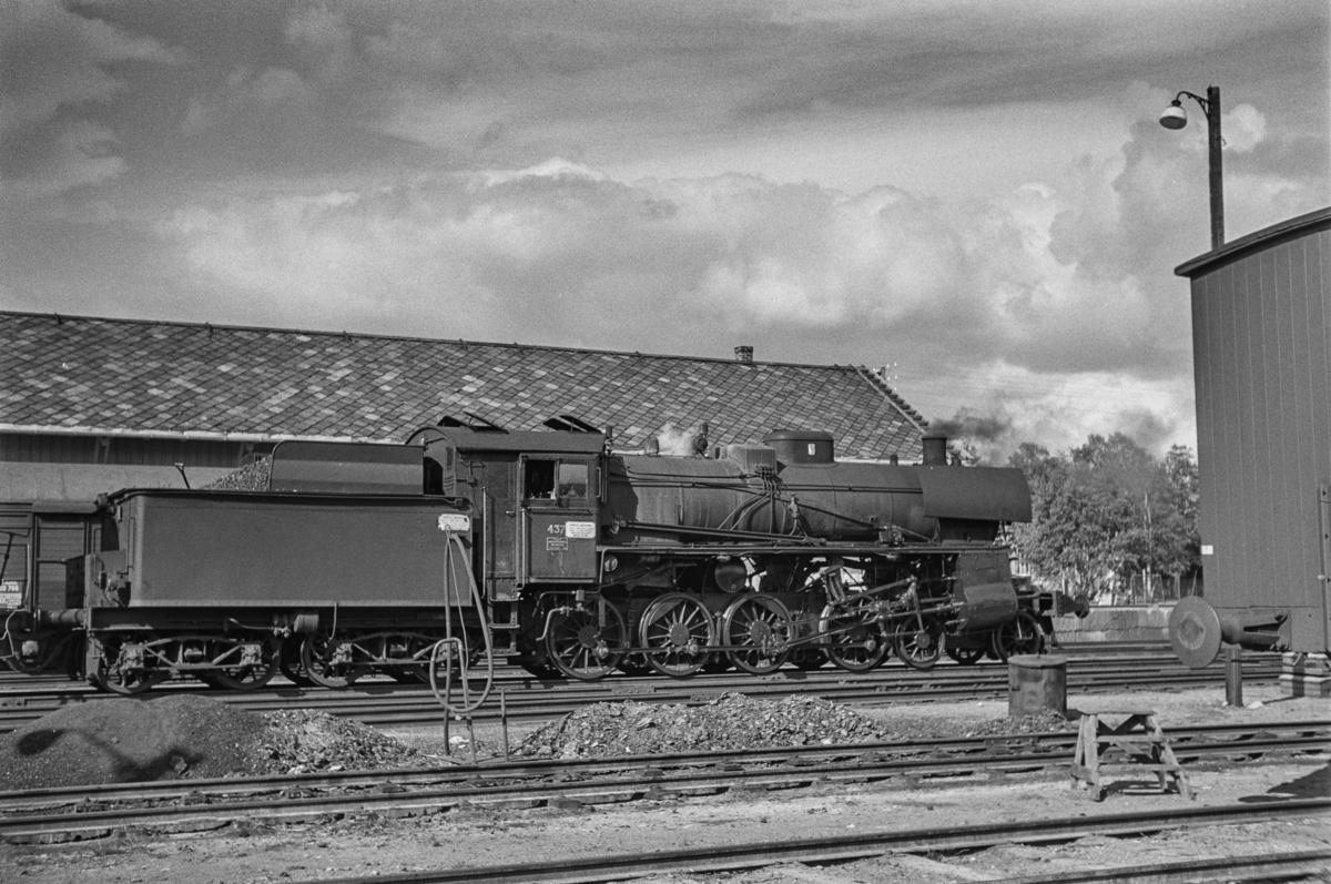 Damplokomotiv type 26c nr. 437 i sydgående godstog på Røros stasjon.