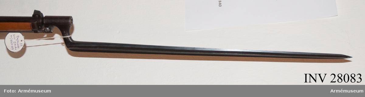 Grupp E II. Bajonett av äldre modell. 8 mm.