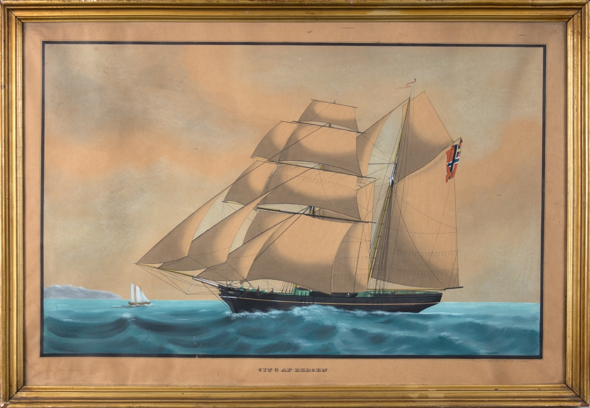 Skipsportrett av skonnertbrigg CITO for fulle seil. Kystlandskap til venstre i motivet. 4 mann på dekk. Norsk flagg med unionsmerke i akter.