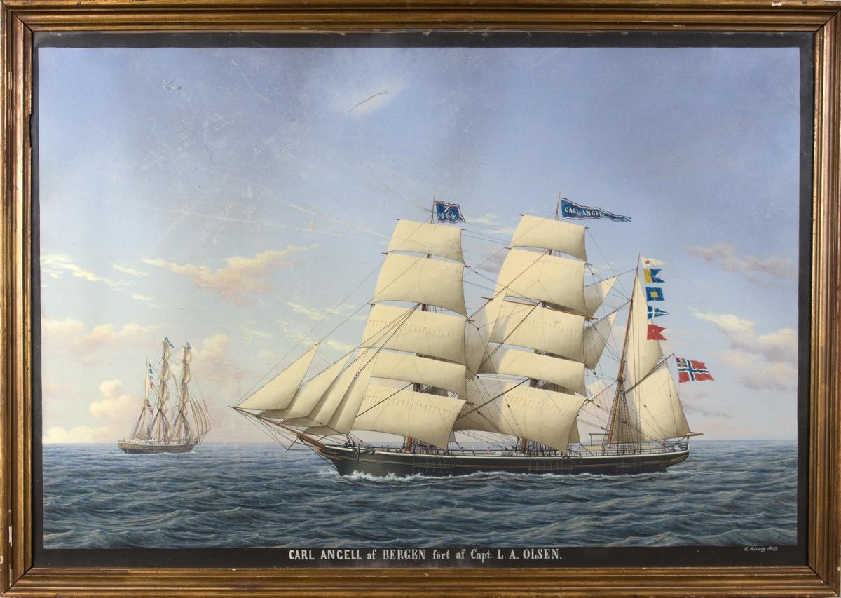Skipsportrett av bark CARL ANGELL på åpent hav. Tvillingportrett, skipet sees også fra akter til venstre i motivet. Skipet fører signalflagg X 164, signalflagg, navnevimpel og norsk flag med unionsmerke. 13 mann på dekk.