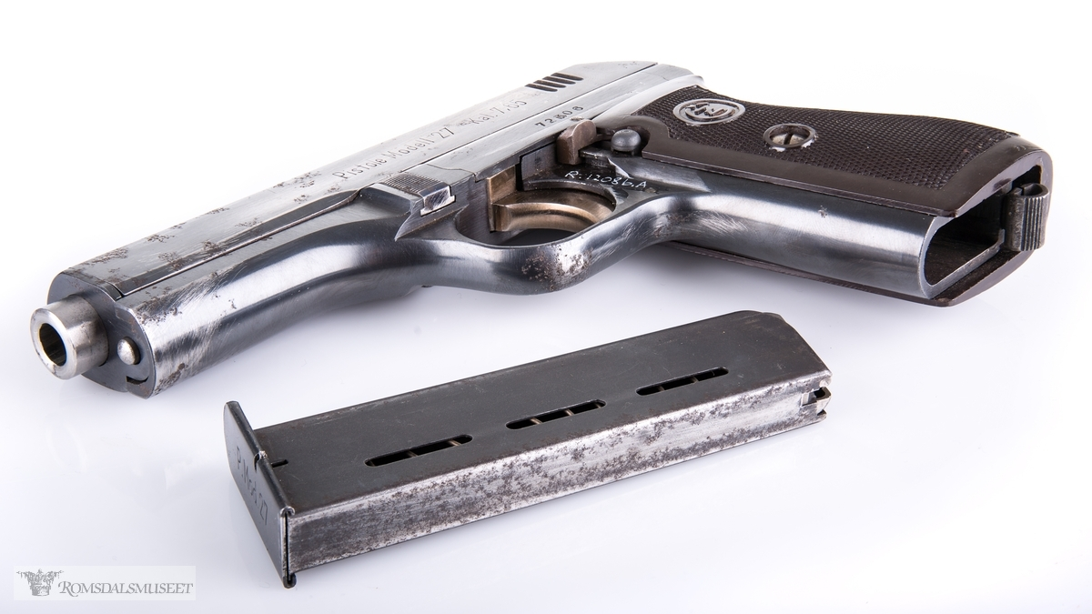Semiautomatisk lommepistol med for- og baksikte, sikringshendel med utløserknapp, magasin med utløser under skjeftet og for og baksikte. Tsjekkisk pistol som er produsert under okkupasjonsstyre.
