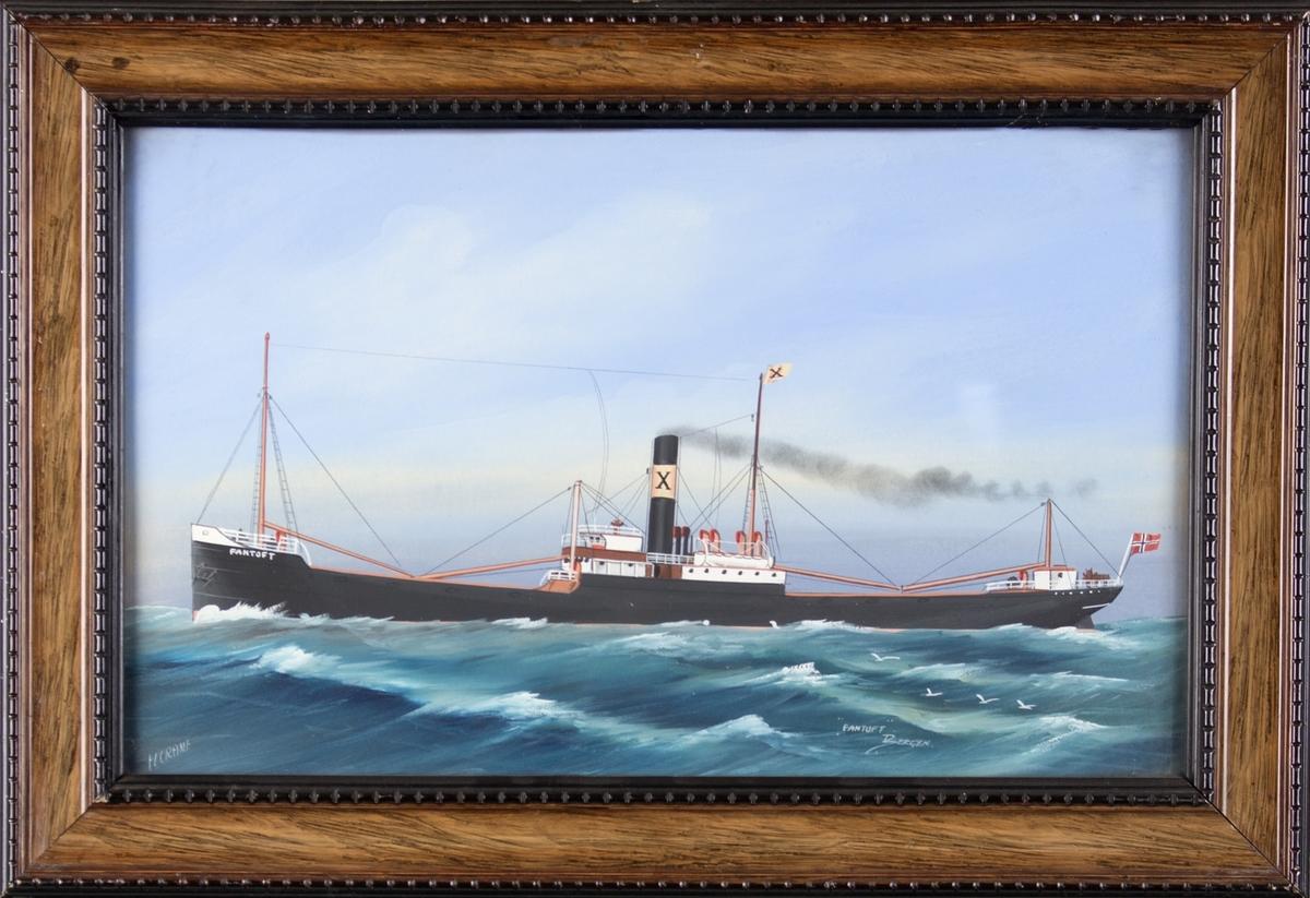 Skipsportrett av dampskipet FANTOFT under fart på åpent hav. Store bølger og måker. Skipet har to master, vimpel og skorstein med rederimerke/skorsteinmerke til rederiet Rasmus F. Olsen.