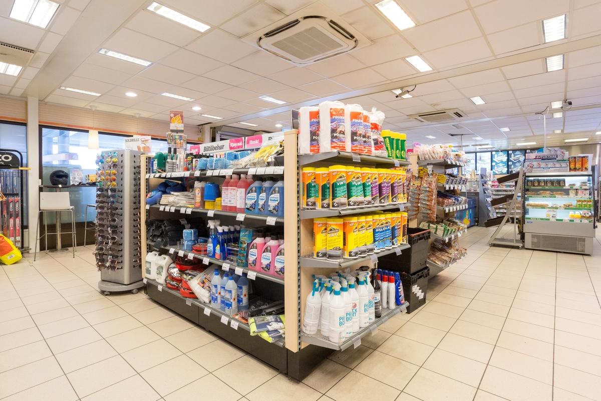 Statoil Nadderud. Butikk interiør med hylleseksjon med bilpleieprodukter.
