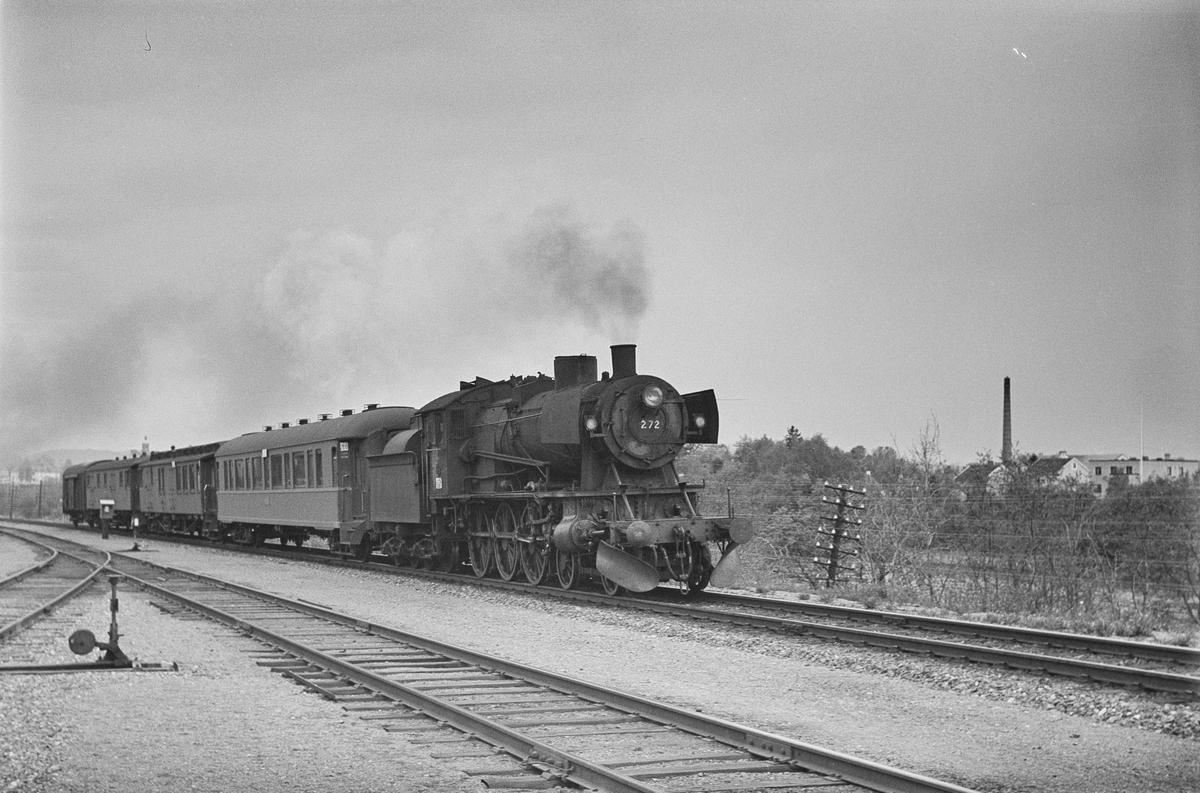 Dagtoget fra Trondheim til Oslo Ø over Røros, tog 302, passerer Marienborg. Toget trekkes av damplokomotiv type 30a nr. 272.