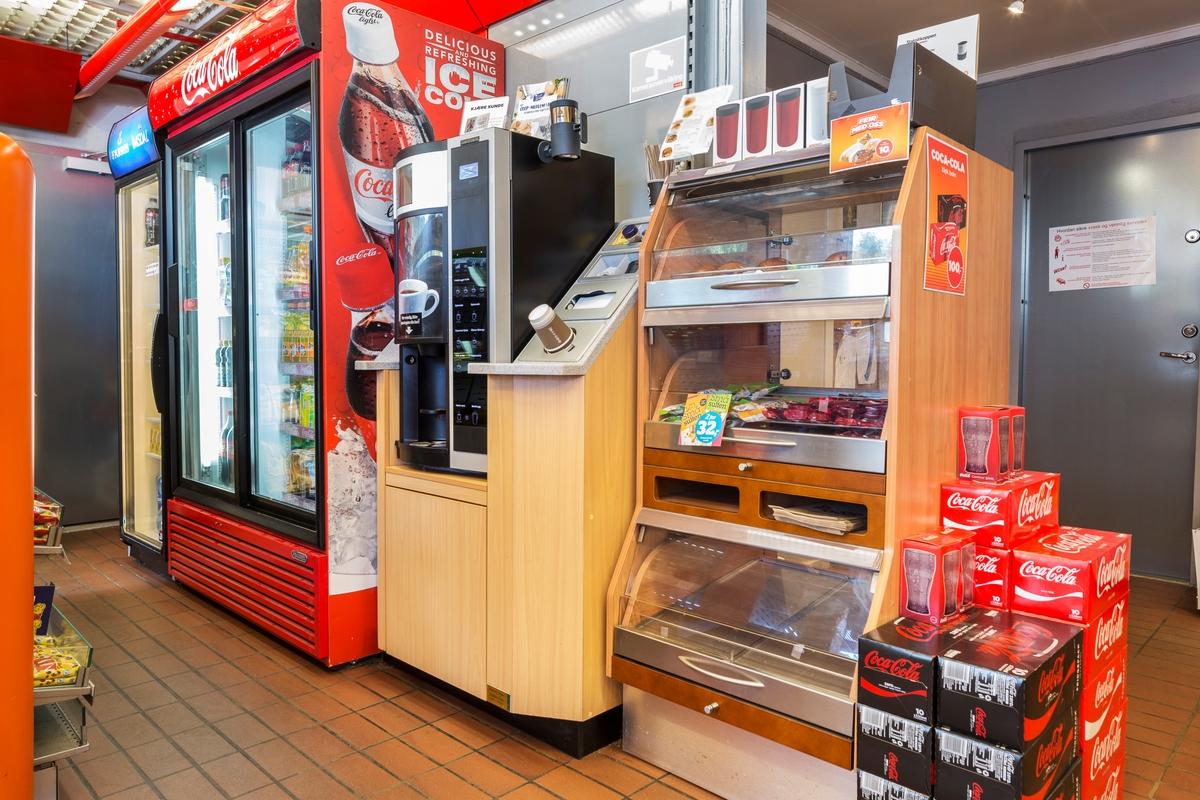 Statoil Hemnes. Butikk interiør med veggseksjon med kaffeautomat og bakervarer. Kjøleskap med glassdører og fylt opp leskedrikker.