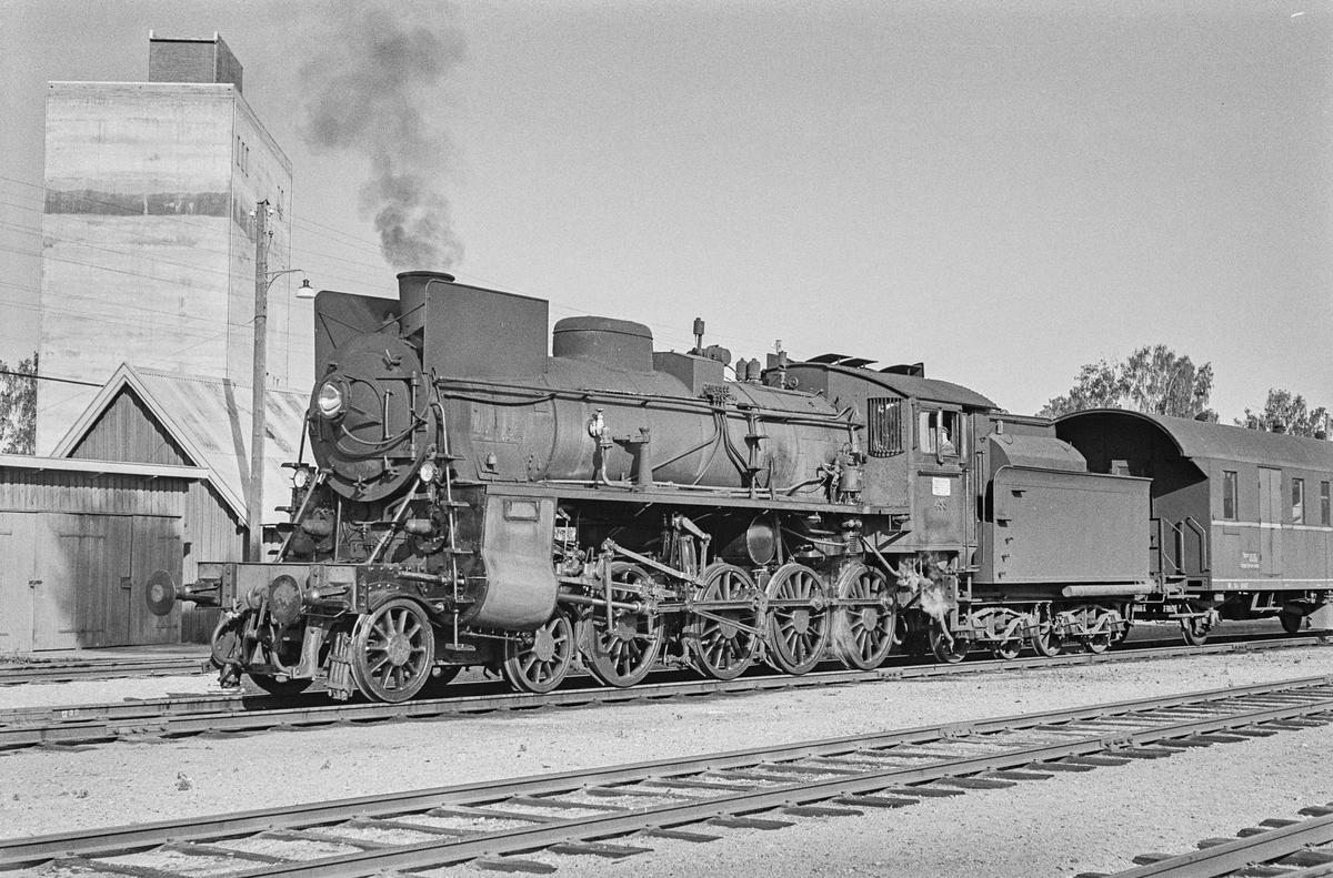 Godstog på Flisa stasjon. Toget trekkes av damplokomotiv type 26c nr. 433.