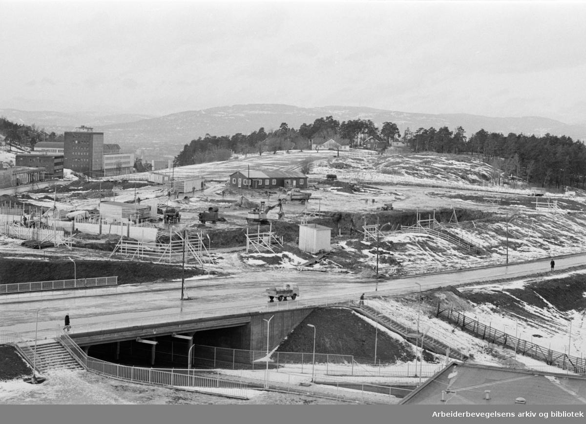 Ryenkrysset. Det nye verkstedet for Harald A. Møller bygges mellom Enebakkveien og Europaveien. Januar 1965