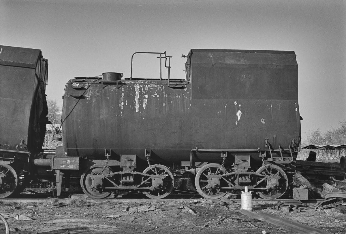 Tenderen til damplokomotiv type 49a nr. 464 Dovregubben til opphugging på Stavne ved Trondheim.
