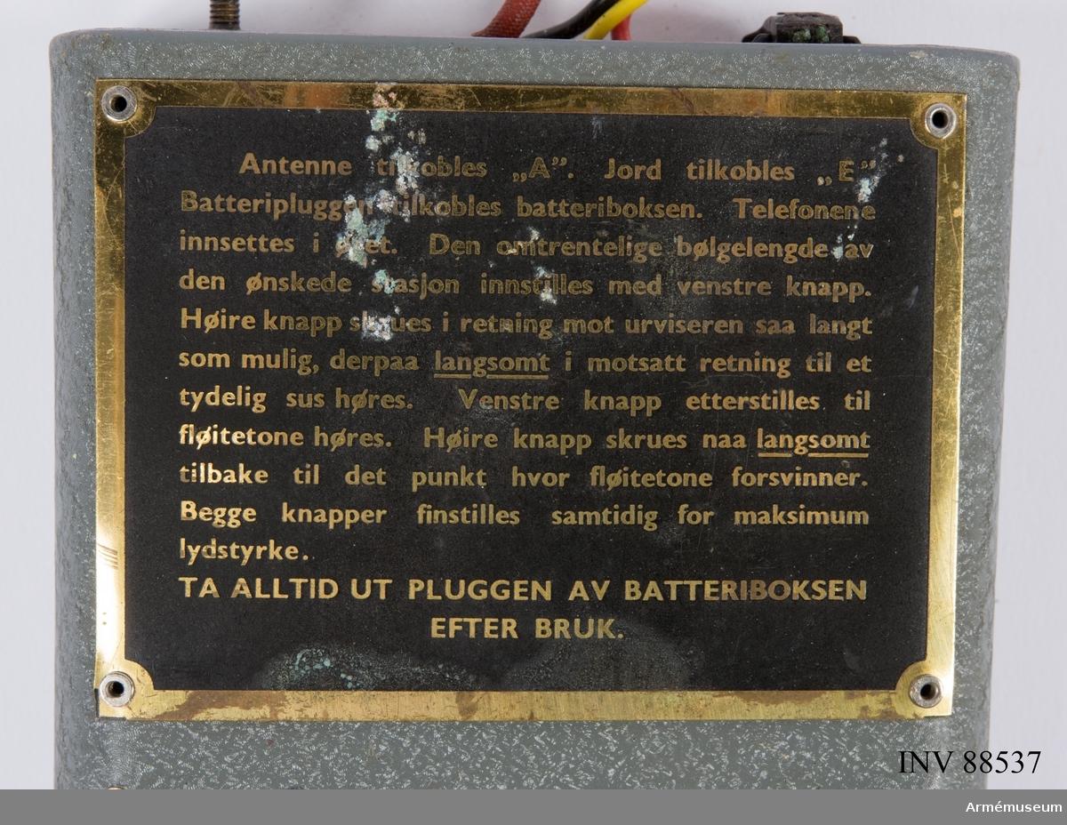 """Radiomottagare med tillhörande originalkartong samt två uppsättningar hörsnäckor och batteribox. Påklistrad märkning """"Gunnar Isberg, Länsstyrelsen Luleå"""", även om han själv hävdade att den ursprungligen tillhörde Birger.  Se referenser och länkade filer: """"Inskrivningsbok"""" där det står angivet tjänstgöring 1/11 1944-31/5 1945, 210 dagar, Fst, Spec.uppdrag, Fst. sekt. II, C-byrån."""