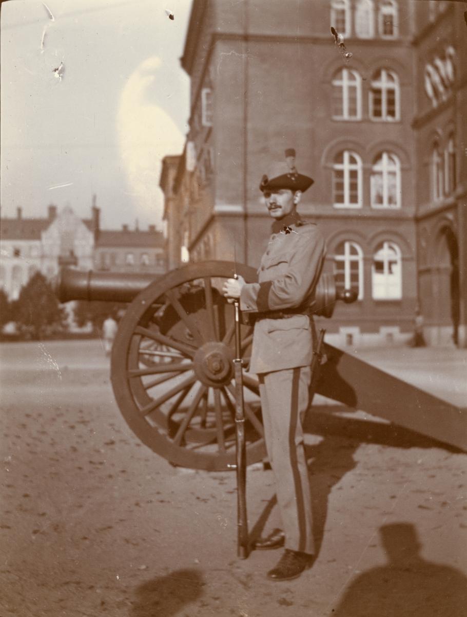 Soldat vid Göta livgarde I 2 utanför regementets kaserner.