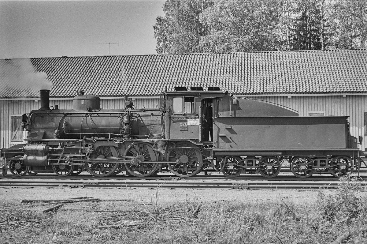 Godstog på Flisa stasjon. Toget trekkes av damplokomotiv type 27a nr. 220.