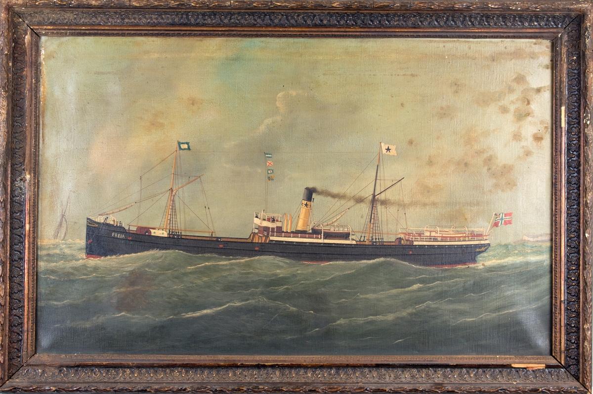 Skipsportrett av DS FREJA under fart med land i bakgrunn, samt et seilfartøy forut for skipet. Skipet har skorsteinsmerket og rederivimpel til Chr. Michelsens rederi og fører norsk handelsflagg med svensk-norsk unionsmerke akter.