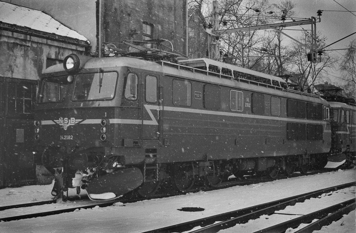 Elektrisk lokomotiv type El 14 nr. 2182. Lokomotivet har ankommet Trondheim kort tid før åpningen av Dovrebanen for elektrisk drift.