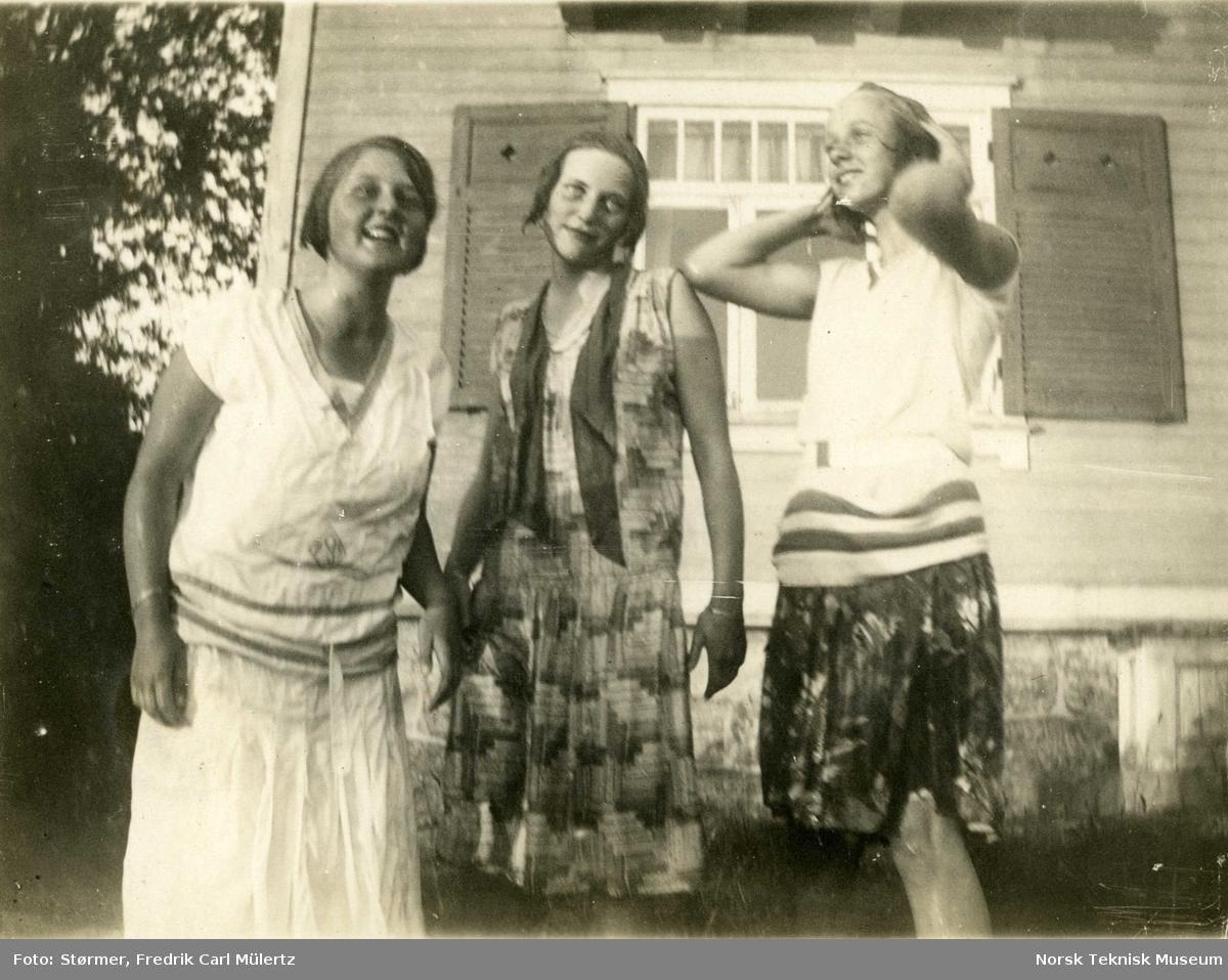 Tre våte jenter (Jegsen, Tutti, Mossa), fra Størmer-familiens sommerhus i Drøbak, Villa X, 1928