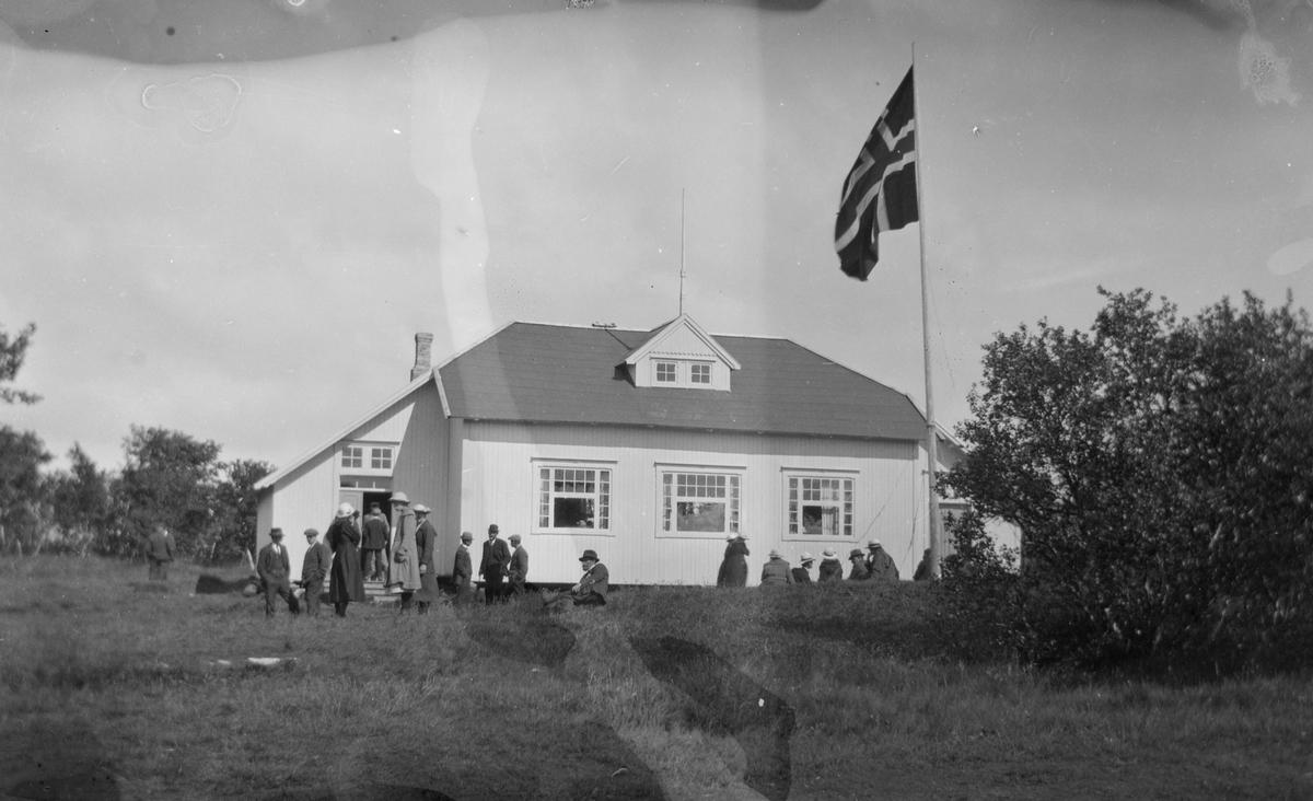 Forsamling foran Dønnes kristelige ungdomshus