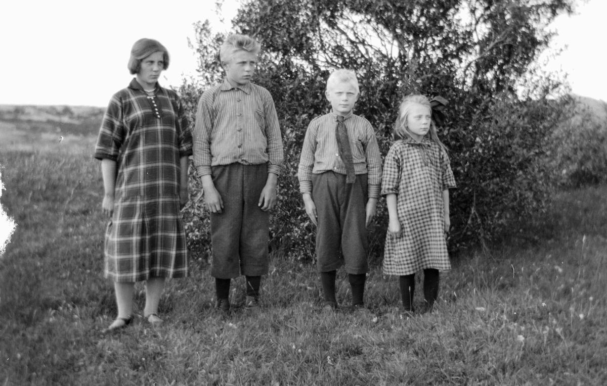 En kvinne og tre barn.