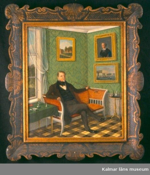 Axel Otto Mörner sitter i en röd soffa hemma på Skedhult. På väggen hänger ett porträtt av dottern Louise Mörner. Interiör i empire.