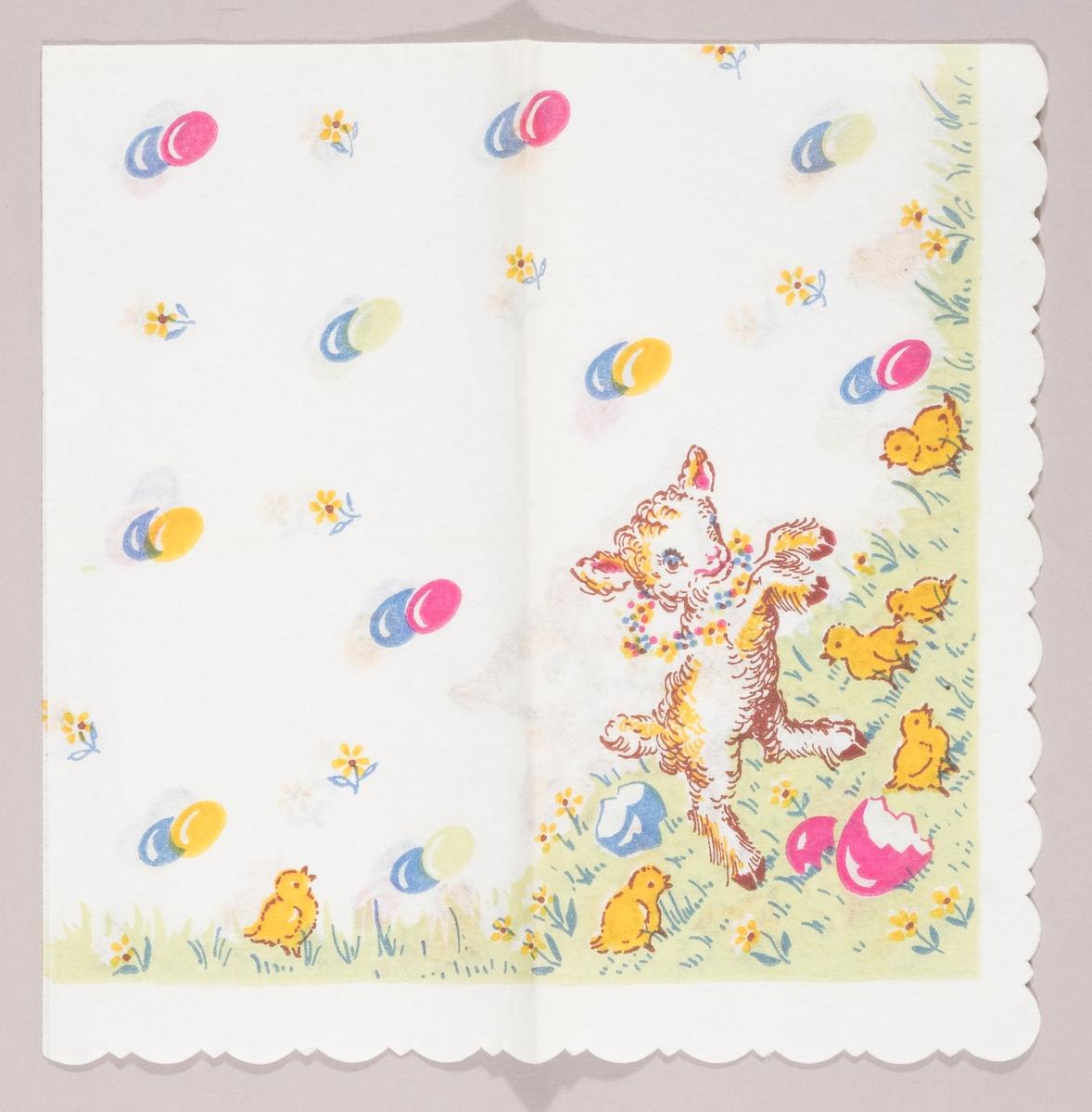 Et påskelam med en blomsterkrans om halsen. Kyllinger på en gressplen med skaller fra påskeegg. Påskeegg i par og gule blomster.