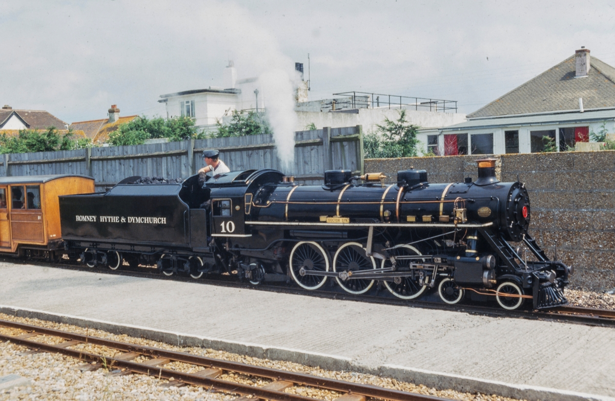 "RH&DR 10 ""Doctor Syn"", RH&DR eller Romney Hythe & Dymchurch Railway har sporvidde på 15"" (381 mm.)."