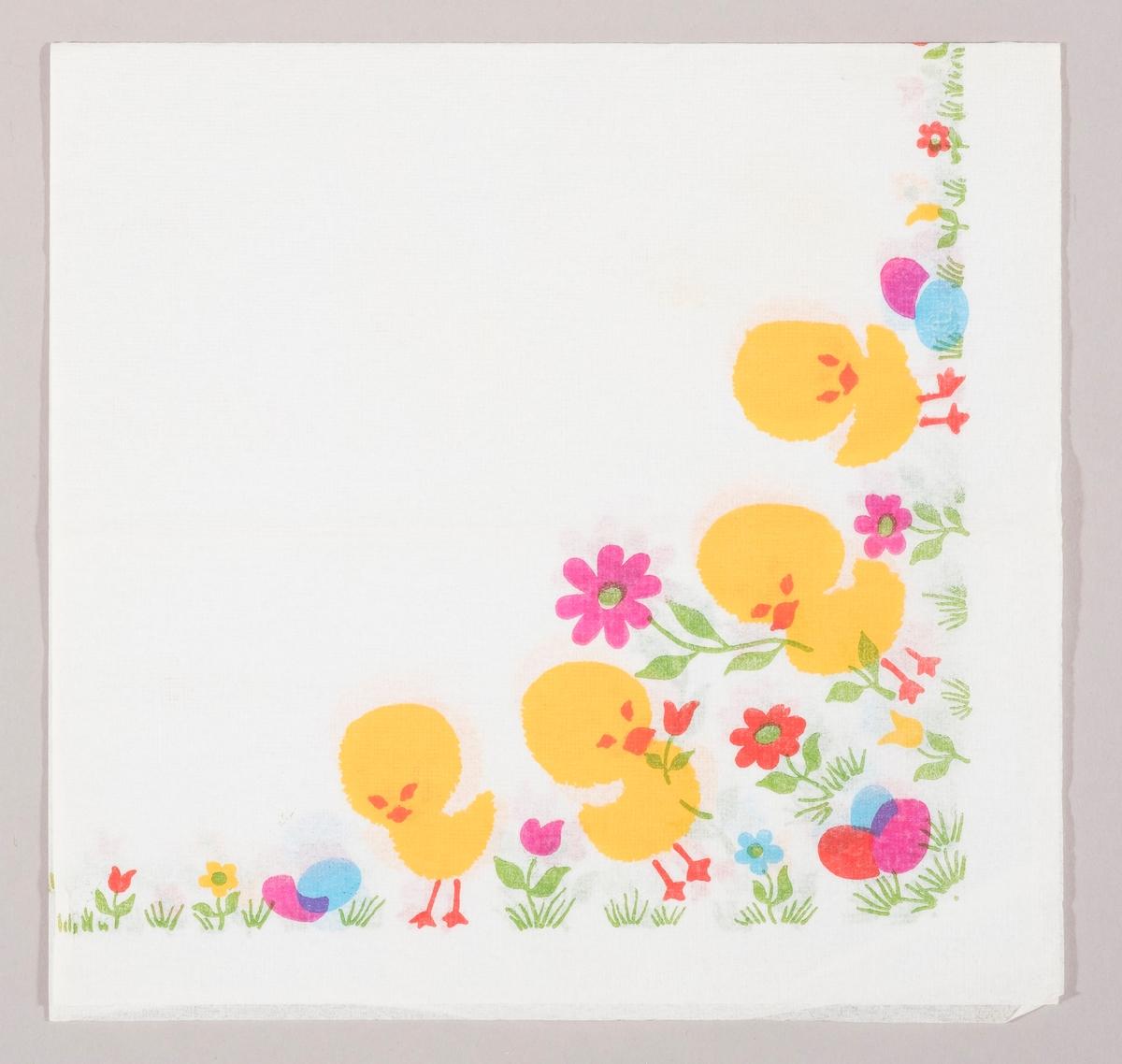 Fire kyllinger i en blomstereng med kulørte påskeegg og røde, gule og blå blomster. To av kyllingene holder en blomst.