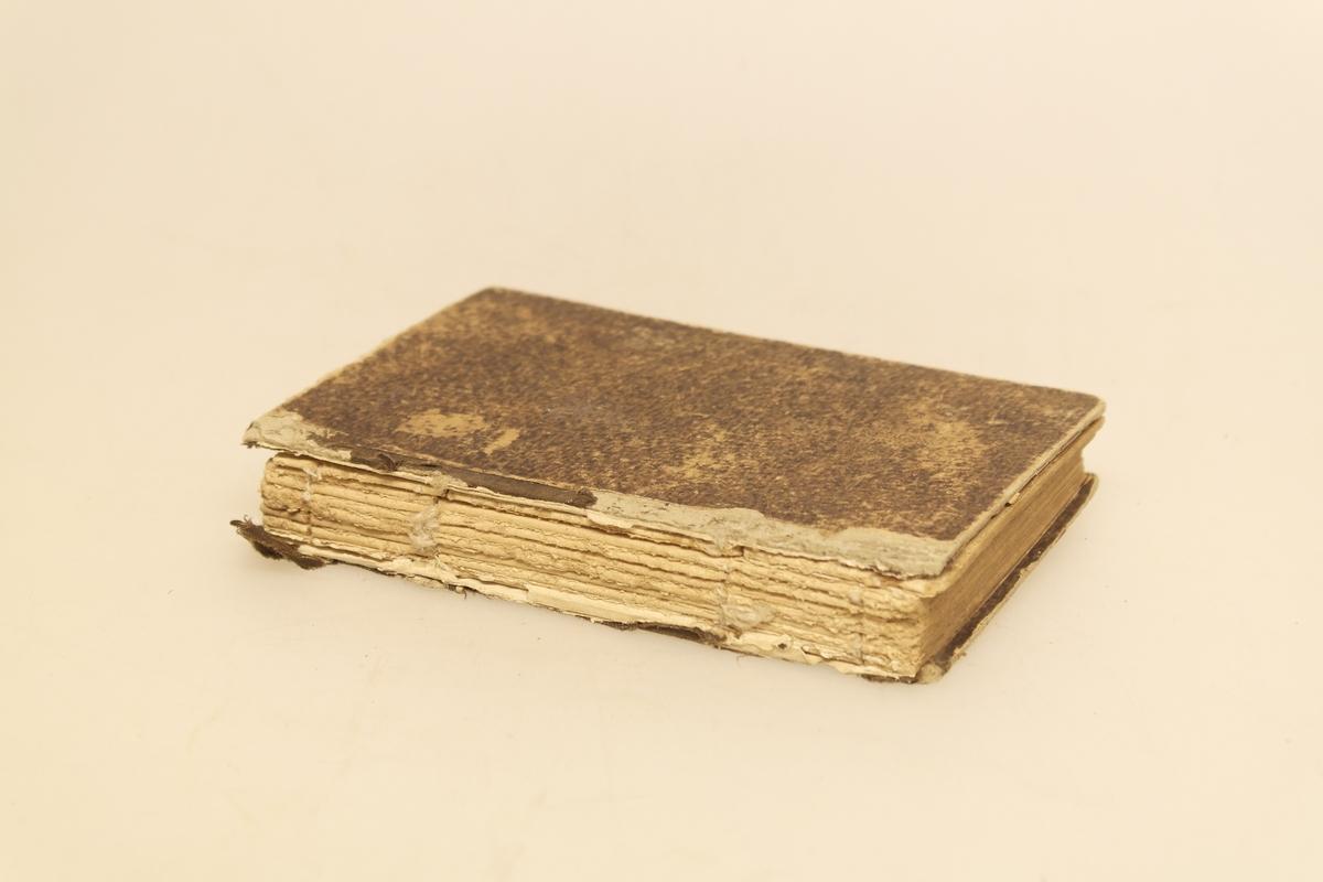 Salmebok i papir, papp og tekstil (shirting). Boka har brunt papirbind og brun rygg i shirting. Innholdet er skrevet med gotisk skrift. Håndskrift i blekk på permen innvendig.