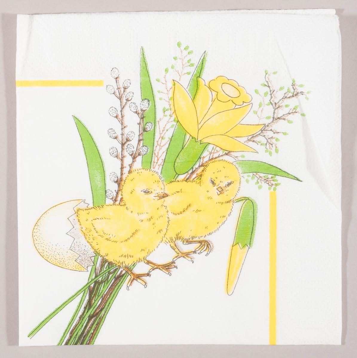 """To påskekyllinger og skallet av et egg. En bukett med en påskelilje, en gren med """"gåsunger og grener med grønne skudd."""