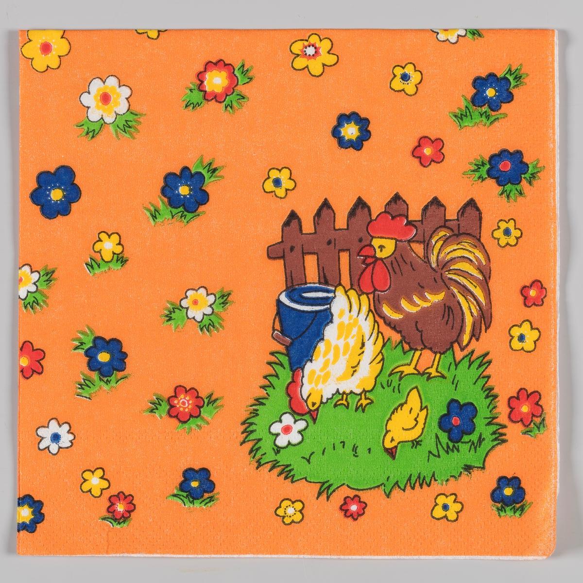 En hane, en høne og en kylling går på en gressplen ved et gjerde og en bøtte. Blomster i forskjellige farger på en oransje bakgrunn