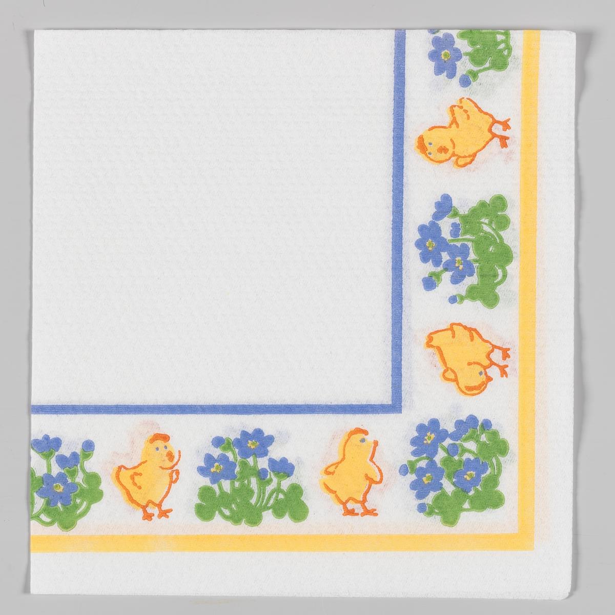 Kyllinger og blå blomster langs kanten av servietten. Blå og gule kantstriper.