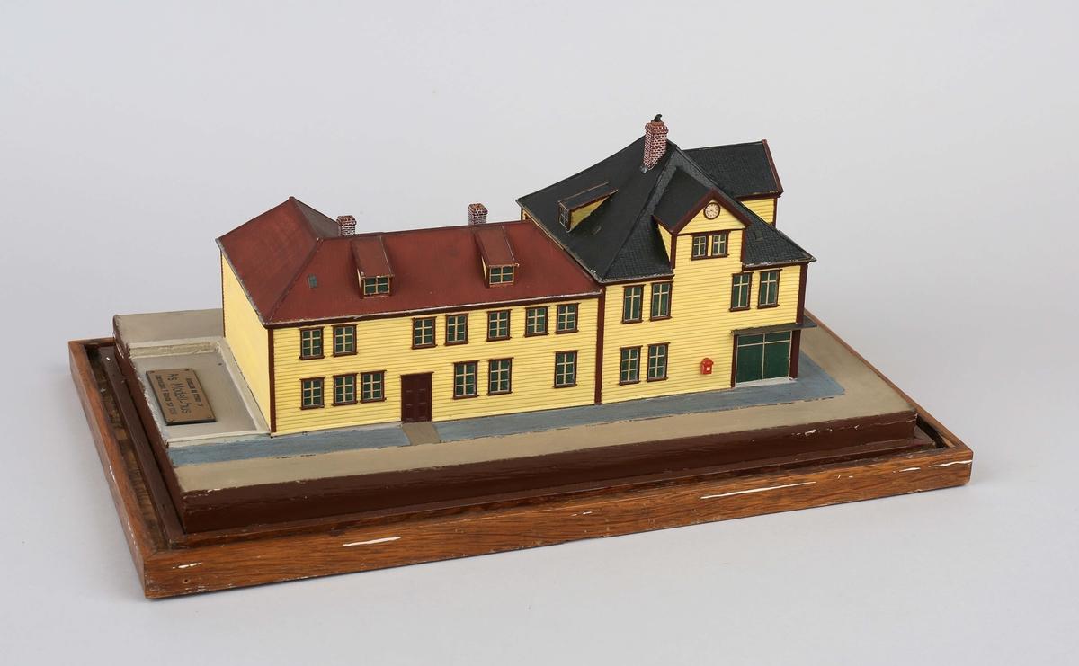 Husmodell som viser Det Bergenske Dampskibsselskab filialkontor i Slottsgaten 1 fra 1889 - 1897. Senere kontor for spedisjonsavdeling med seilmakerverksted mm.  Ble ødelagt ved eksplosjonen den 20. april 1944.