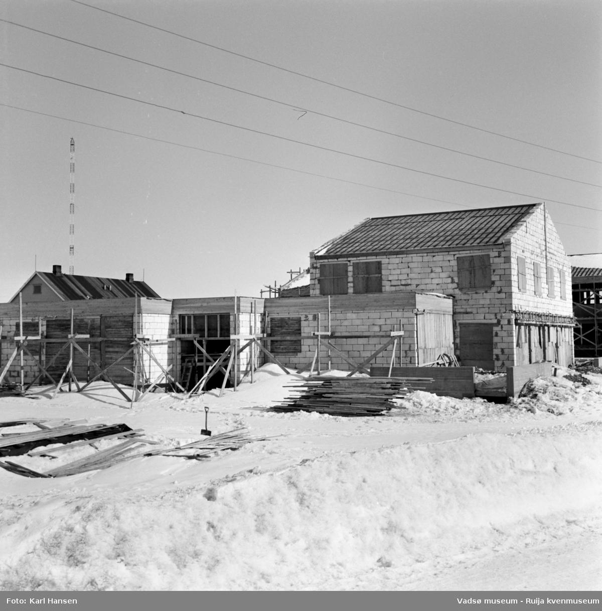 Vadsø 1962. Fylkesmannens bolig under oppføring i krysset Damsveien/G.Gulliksensgate.