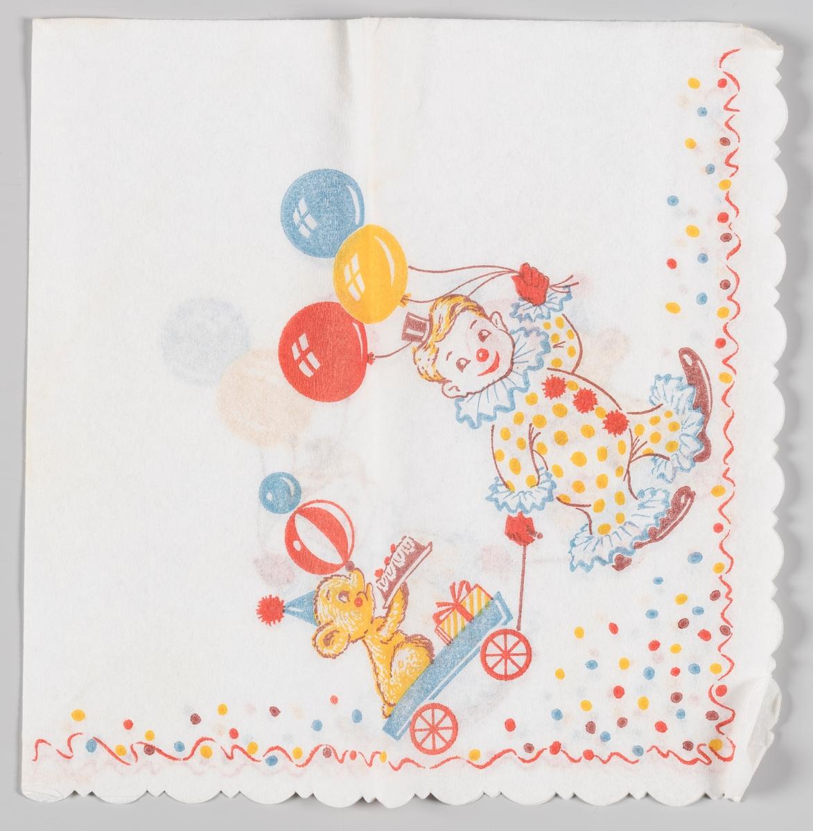 En gut i klovnekostyme og ballonger i hånden, trekker en liten vogn med en hund som sitter med en bursdagskake samtidig med at den balanserer to baller på sin snute. Langs kanten er det et rødt bånd og kulørte prikker.