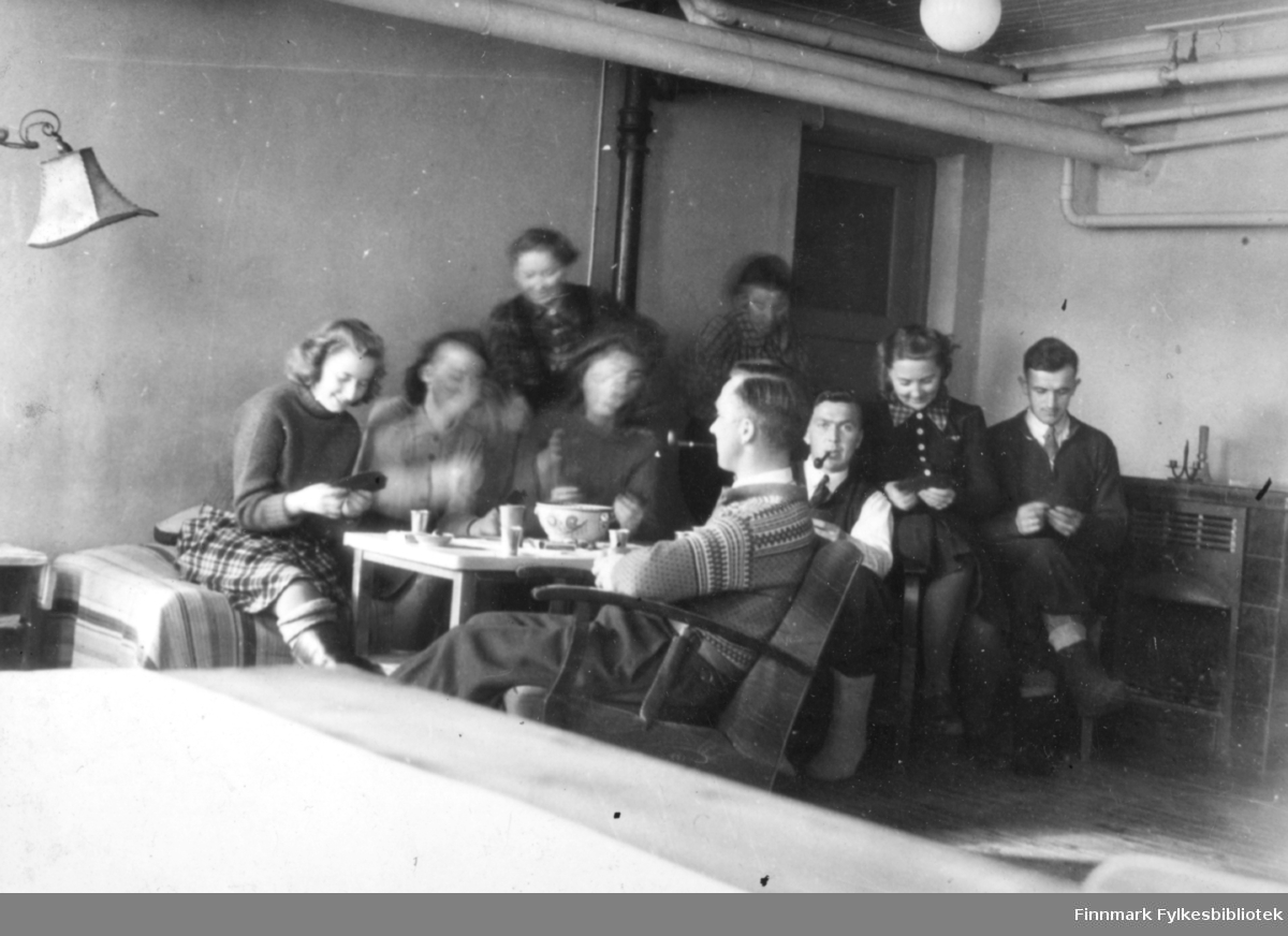 Kaffepause i stua ved Polmak internat. Kortspill.  Familiealbum tilhørende familien Klemetsen. Utlånt av Trygve Klemetsen. Periode: 1930-1960.