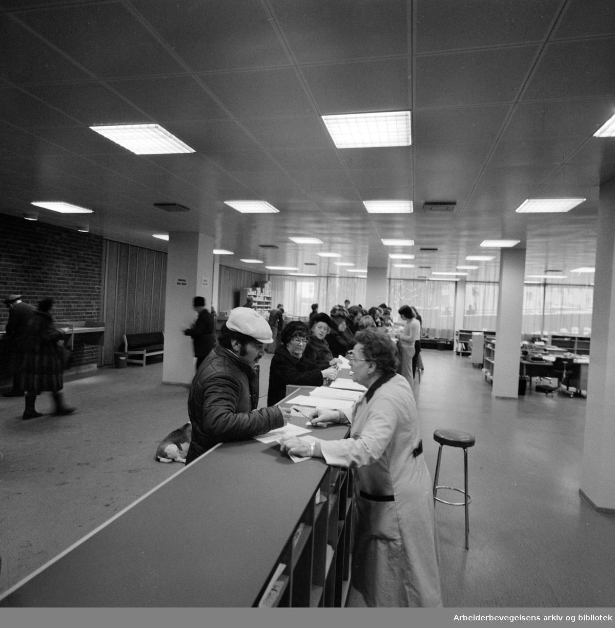 Likningskontoret. I ekspedisjonslokalet ved Oslo likningskontor i midtblokken i Tøyensenteret får publikum veiledning - her av førstesekretær Rakel Grimsgaard..Januar 1977