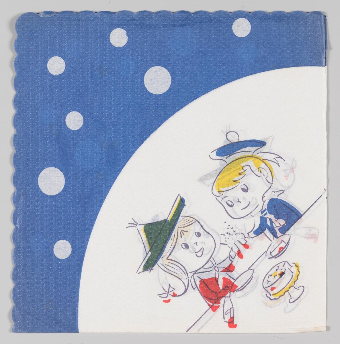 En gutt og en jente i bursdagsselskap. Barna har hatter og drikker brus og spiser kake. Blå buet kant med hvite prikker.