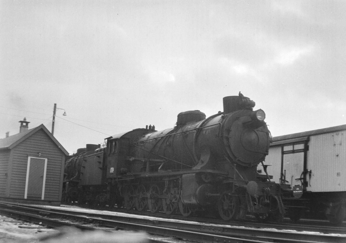 Damplokomotiv type 39a nr. 166 hensatt på Bergen stasjon før opphugging Hugget hos Einar Cook, Nyhavn, Bergen, januar 1961