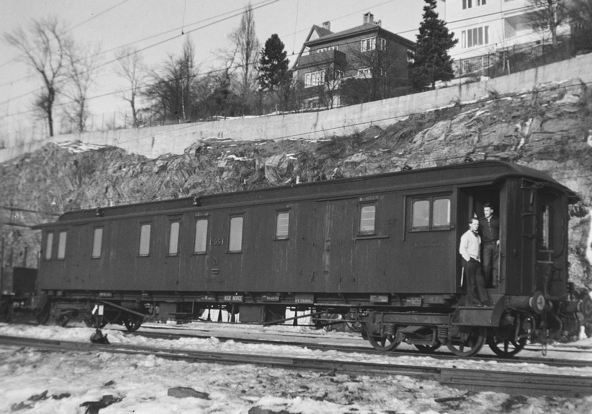 Post- og reisegodsvogn litra DFo-22 type 3 nr. 517 på Bergen stasjon.